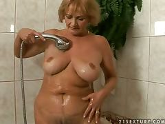 Granny gets seduced in the shower and balled in bed